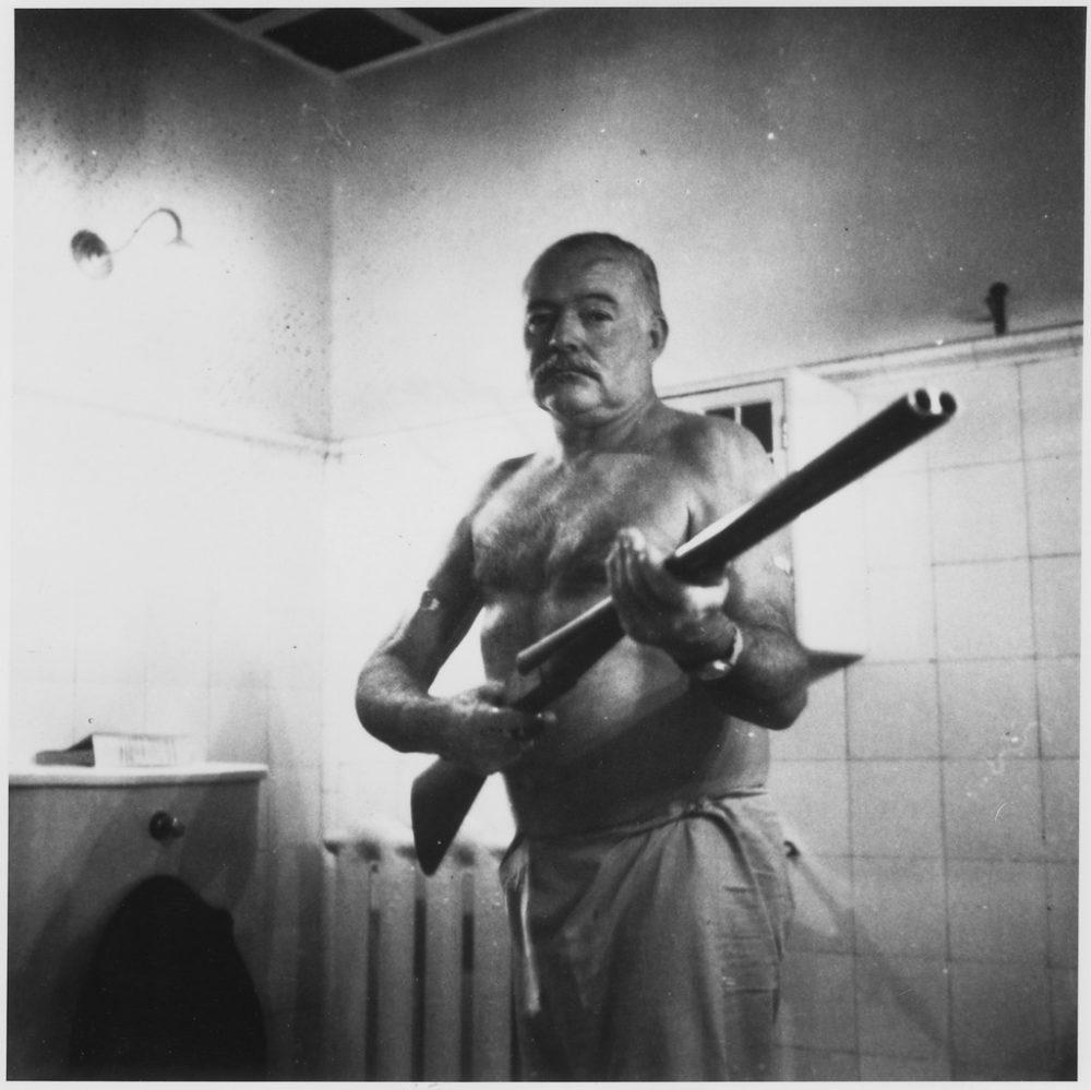 Хемингуей с пушката си